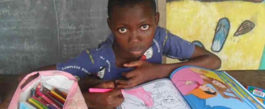 Coloriage à l'orphelinat de Ouidah