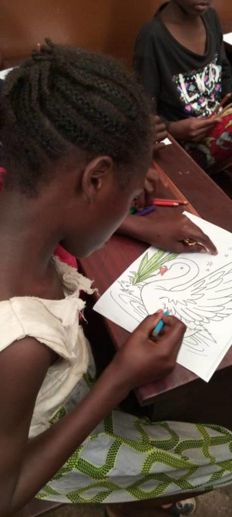 portrait d'une petite fille avec son dessin